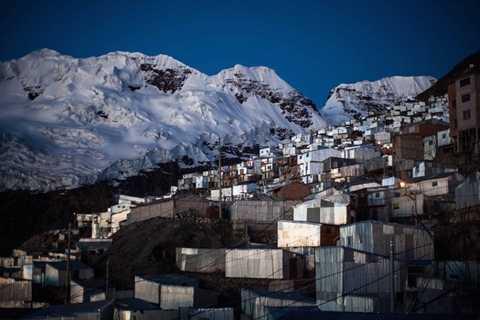 Thành phố này được xây dựng trên một địa điểm cao tới hơn 5.000m so với mực nước biển. Bên cạnh thành phố là núi tuyết Bella Durmiente khổng lồ