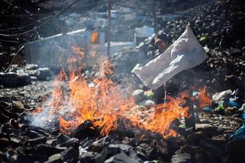 Người dân phải đốt rác ở khu vực phía ngoài thành phố