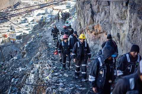 Người tìm vàng ở đây phải đi bộ khoảng 30 phút để có thể từ thành phố này đến với mỏ vàng