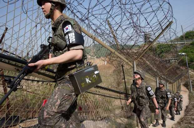 Binh sỹ Hàn Quốc đi tuần tại khu vực hàng rào ngăn cách hai miền Triều Tiên
