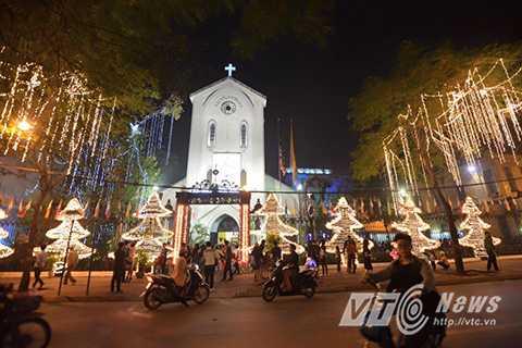 Tại thủ đô Hà Nội, trên những tuyến đường trung tâm thành phố, từng dòng người đổ về dạo chơi. Ai cũng có chung tâm trạng vui tươi, lạc quan, đón chào một mùa Giáng sinh an lành.