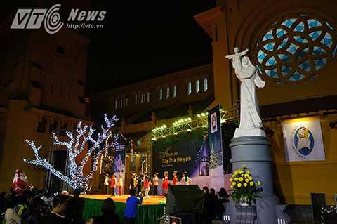 Nhà thờ của Bắc ở Hà Nội, rộn ràng ánh nến, ánh đèn và tiếng nhạc thánh ca mừng ngày lễ Noel.