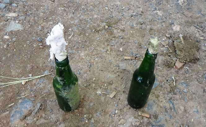 Hai quả bom xăng được ném vào trong trang trại thanh long nhưng không phát nổ - Ảnh: Nguyễn Nam