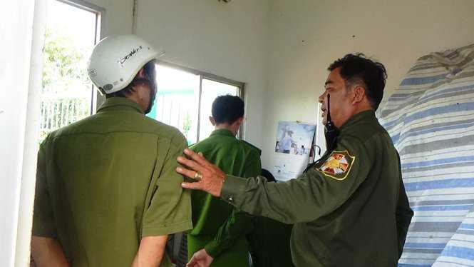 Lực lượng công an làm việc với người có trách nhiệm của đội bảo vệ thuộc Công ty Hồng Ân vào sáng 23/12 - Ảnh: Nguyễn Nam