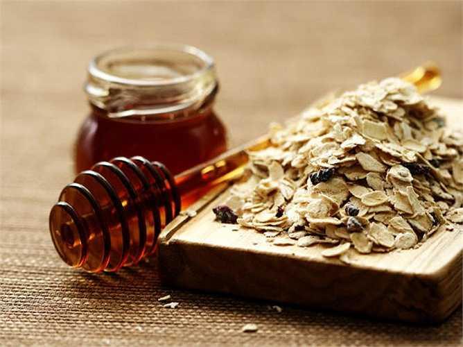 Bột yến mạch là một trong những loại thực phẩm cho mùa đông tốt nhất để giảm cân. Hãy ăn bột yến mạch vào bữa ăn sáng mùa đông. Nó giúp bạn cảm thấy ấm áp trong mùa đông. Các chất xơ trong bột yến mạch tốt cho các vi khuẩn có lợi có trong đường ruột, qua đó giúp bạn giảm cân một cách lành mạnh.