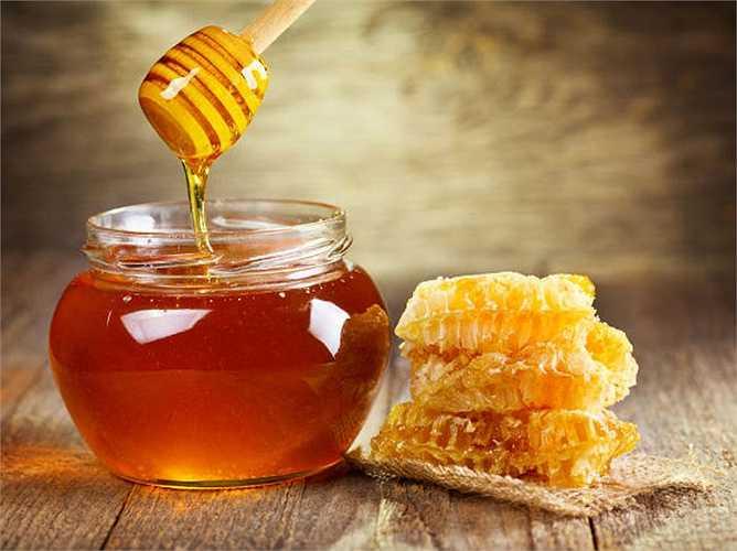 Mật ong: là một trong những loại thực phẩm mùa đông tốt nhất cho việc giảm cân và giữ cho cơ thể ấm áp. Nó rất giàu chất dinh dưỡng và nhiều đường tự nhiên giúp bạn tăng năng lượng nhanh chóng. Mật ong cũng giúp trị nhiều bệnh nhiễm trùng xâm nhập vào mùa đông, vì nó có đặc tính kháng khuẩn.