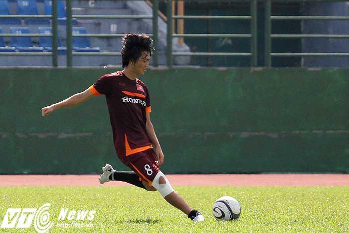 Tuấn Anh cũng thi triển khả năng chuyền bóng hai chân như một trong buổi tập sáng nay (ảnh: H.T)