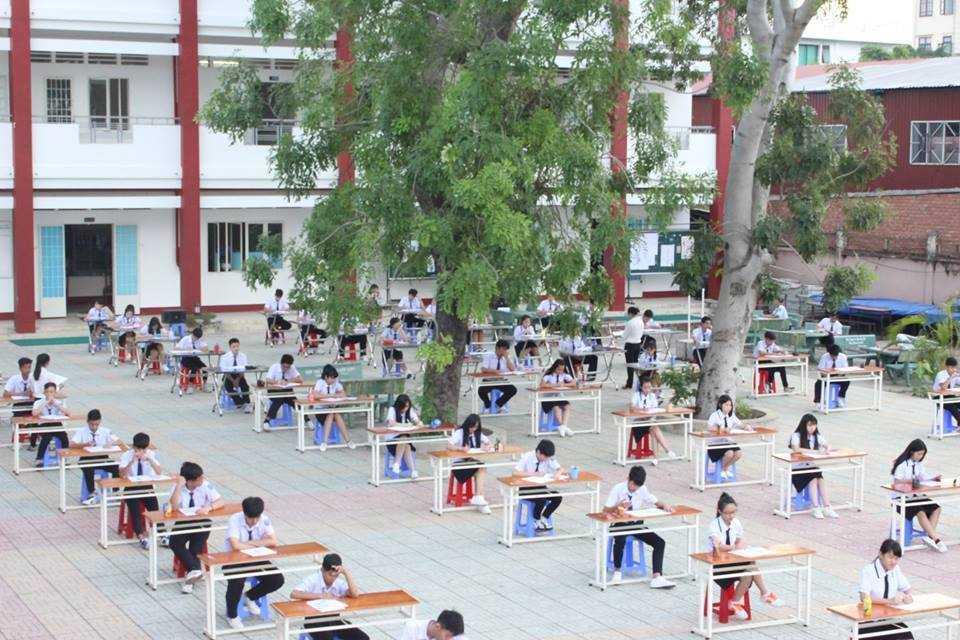 Học sinh THPT An Dương Vương ngồi thi sân trường