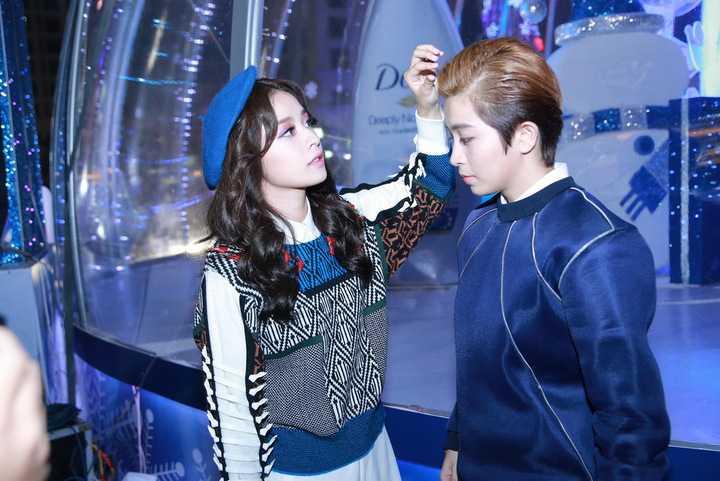Trong sự kiện, Chi Pu và Gil Lê không quên gửi lời chúc Giáng Sinh yêu thương tới những khán giả đã ủng hộ cả hai suốt thời gian qua.