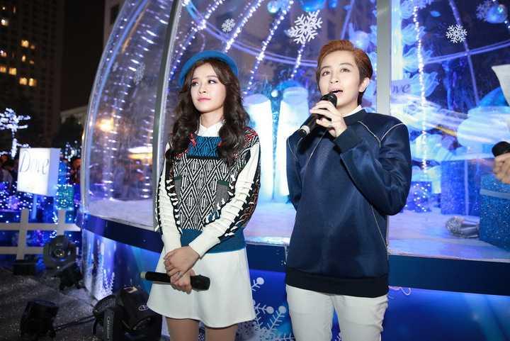 Không chỉ vậy, Gil Lê cũng đối xử với Chi Pu rất tốt, luôn giúp đỡ cô hết lòng khiến nữ diễn viên Hà thành cảm động. Kể từ đó, cả hai nhanh chóng trở thành đôi bạn thân thiết.