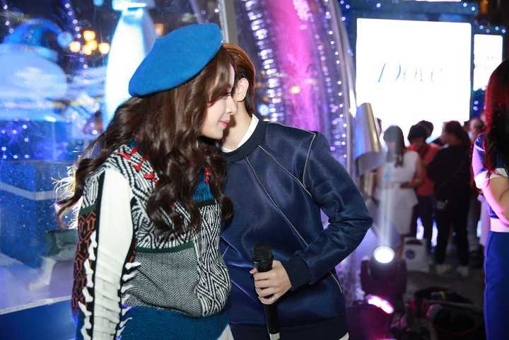 Do thân thiết từ trước nên Chi Pu và Gil Lê không khó khăn để nhập vai. Dù vậy, Gil Lê phải thừa nhận, cô gặp không ít áp lực khi hôn Chi Pu trong một cảnh quay lãng mạn dưới mưa.