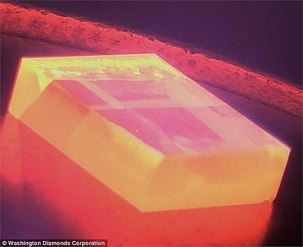 Những viên kim cương nhân tạo được tạo ra trong vài tuần, trong khi những viên kim cương tự nhiên cần tới hàng triệu năm để hình thành.