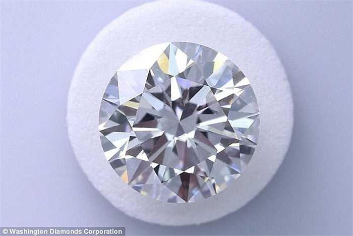 Đặc biệt, những viên kim cương tổng hợp có giá thành cũng rẻ hơn nhiều so với kim cương tự nhiên.