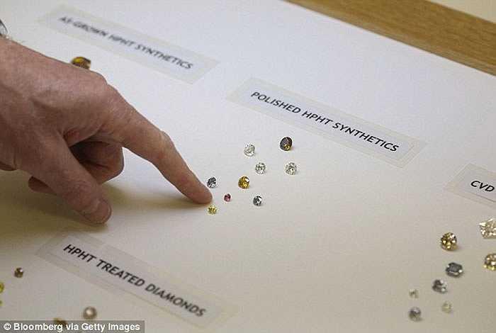 Những viên kim cương nhân tạo đầu tiên đã được tạo ra từ năm 1950.