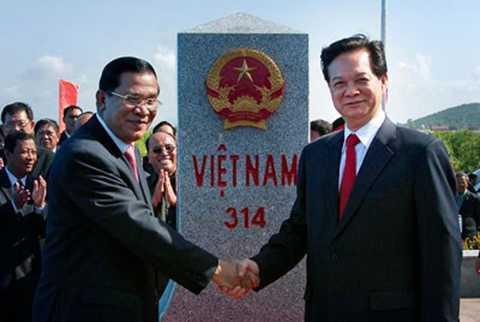 Thủ tướng Nguyễn Tấn Dũng và Thủ tướng Campuchia Hun Sen trong một lần dự lễ khánh thành cột mốc biên giới giữa Việt Nam và Campuchia.