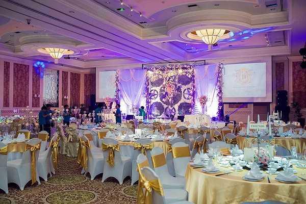 Không gian tiệc cưới được trang trí theo phong cách Châu Âu rất sang trọng và tinh tế.