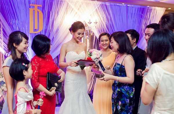 Trong tiệc cưới Diễm Trang đã cùng ông xã khiêu vũ điệu valse trên nền nhạc lãng mạn.