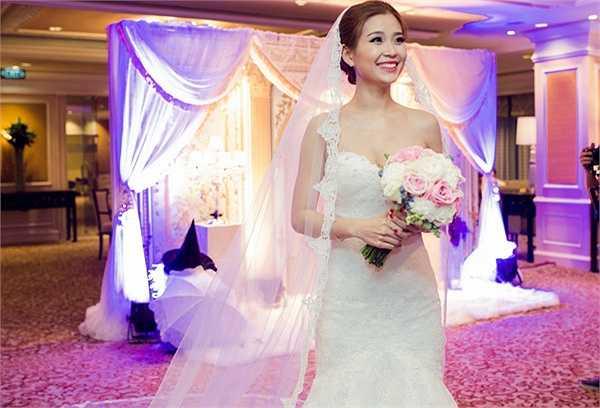 Á hậu gốc Vĩnh Long diện váy do NTK Lưu Ngọc Kim Khanh thiết kế riêng, để nhảy thành thục bài cô đã phải cùng ông xã tranh thủ thời gian tập hơn 2 tuần.