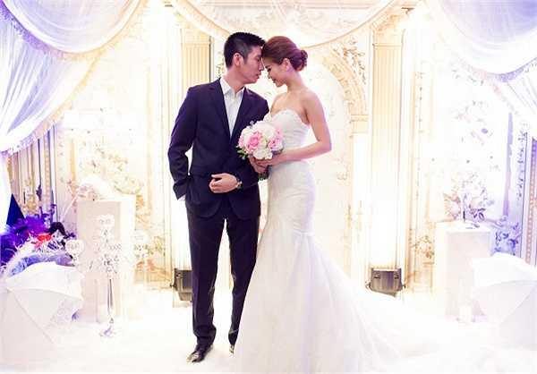 Người đẹp sinh năm 1991 xuất hiện lộng lẫy như nàng công chúa với bộ váy cưới hàng hiệu được ông xã tặng khi đi du lịch tại Italy.
