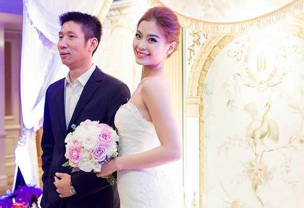Á hậu được bố ruột tháp tùng vào khu vực làm lễ, lúc hai vợ chồng thề nguyện, cô chia sẻ cảm thấy rất hạnh phúc vì có được ông xã Xuân Du.