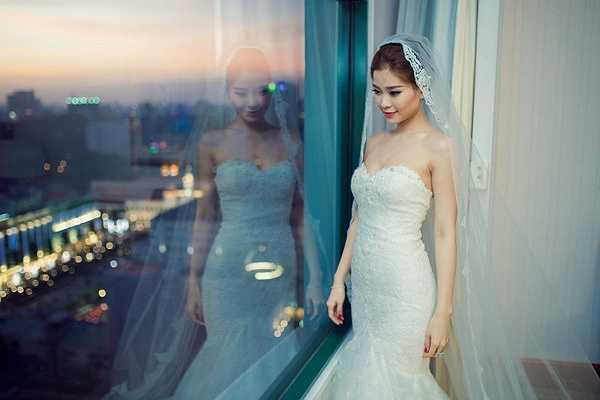Ngay từ lúc vừa xuất hiện, cô đã khiến nhiều khách mời choáng ngợp bởi vẻ đẹp tựa thiên thần trong bộ váy ren trắng tuyệt đẹp và tinh tế.