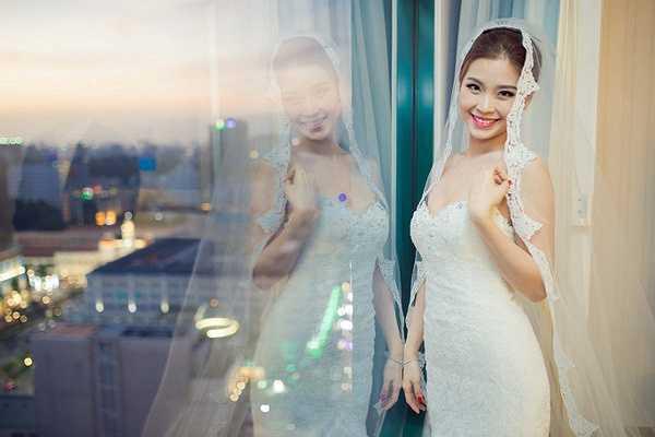 Chiếc váy khá rộng so với vòng eo của Á hậu nên cô đã phải chỉnh sửa một chút ở phần eo.