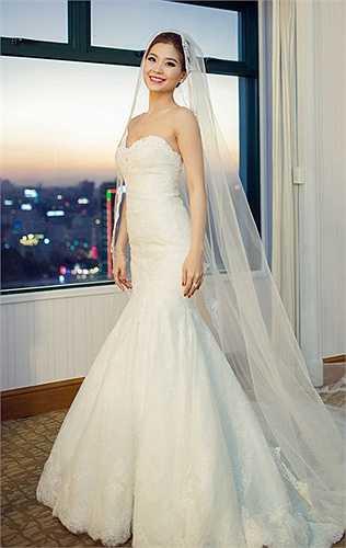 Mẫu váy đơn giản được thiết kế cổ điển với phần cúp ngực tinh tế và đuôi cá được phủ chất liệu ren cao cấp, Á hậu Việt Nam 2014 đẹp tựa nàng công chúa trong mẫu váy này