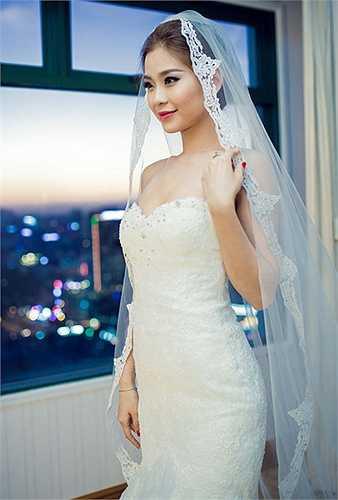 Phần lúp khá hoành tráng giúp cô như nàng tiểu thư yêu kiều trong ngày cưới.
