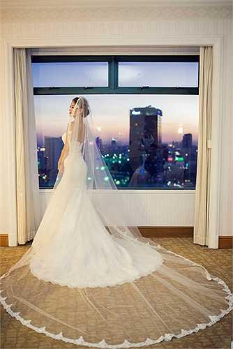 Sau đó khi bước vào phần chính của tiệc, Diễm Trang đã lựa chọn một bộ váy do chính NTK Lưu Ngọc Kim Khanh thiết kế dành tặng cô trong ngày trọng đại.