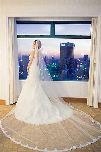 Bộ cánh được làm rất tỉ mỉ và công phu, khi cô và ông xã khiêu vũ chiếc váy đã tạo nên sự thành công cho tiết mục.