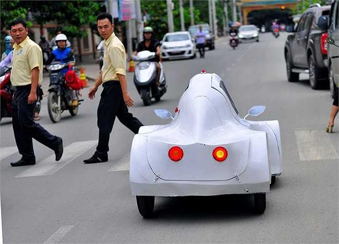 Phương tiện này có hình dáng lạ khiến nhiều người tò mò. Sinh viên Nguyễn Thành Trung cho biết: 'Mơ ước lớn nhất của nhóm là chiếc xe thành công và có thể ứng dụng rộng rãi trong cuộc sống. Nó sẽ giúp chúng ta tiết kiệm tiền bạc và hạn chế nguồn khí thải gây ô nhiễm môi trường'.