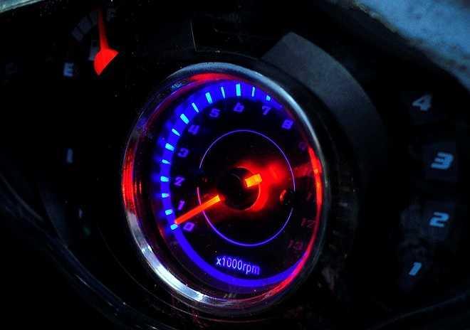 Xe được lắp bộ đồng hồ thể hiện các thông số vận tốc, nhiên liệu, hộp số... trong buồng lái để tài xế theo dõi. Nhóm lên ý tưởng và bắt đầu chế tạo từ đầu tháng 6. Sau gần nửa năm, chiếc xe hoàn chỉnh và vận hành tốt.