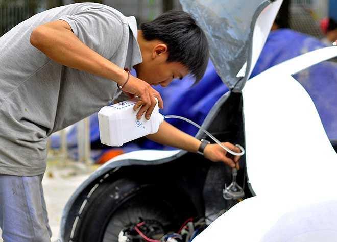 Qua quá trình nghiệm thu, chiếc xe sử dụng 1 lít cồn có thể chạy được quãng đường 200 km, tốc độ an toàn là 50 km/h.