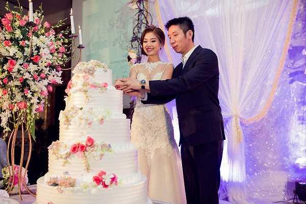 Cặp đôi thề nguyện trong sự chứng kiến của gia đình hai bên, người thân và bạn bè.