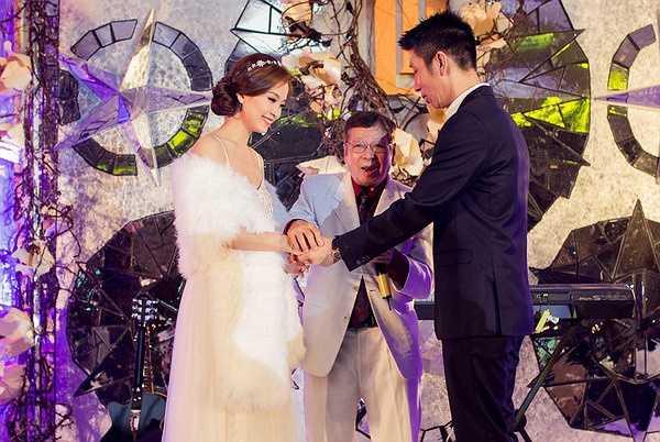 Đúng 6h vợ chồng Á hậu Diễm Trang xuất hiện để đón tiếp khách mời.