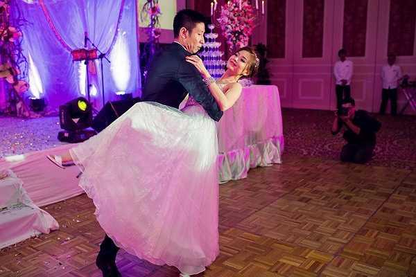 Người đẹp sinh năm 1991 xuất hiện lộng lẫy như nàng công chúa với bộ váy cưới hàng hiệu được ông xã tặng khi đi du lịch tại Italy