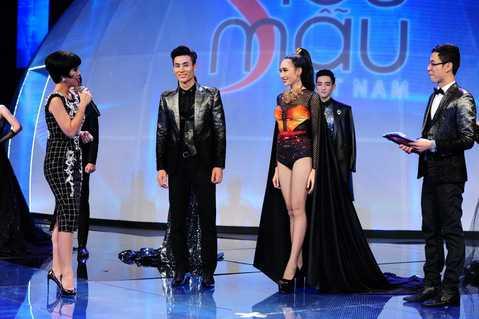 Các thí sinh bước vào vòng trò chuyện trực tiếp với nhà báo Trác Thuý Miêu