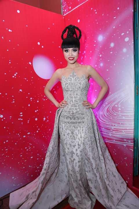 Siêu mẫu Jessica Minh Anh với mái tóc độc, lạ