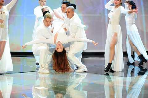 Trong đêm chung kết, nữ ca sỹ còn biểu diễn tiết mục hot của mình trong thời gian gần đây