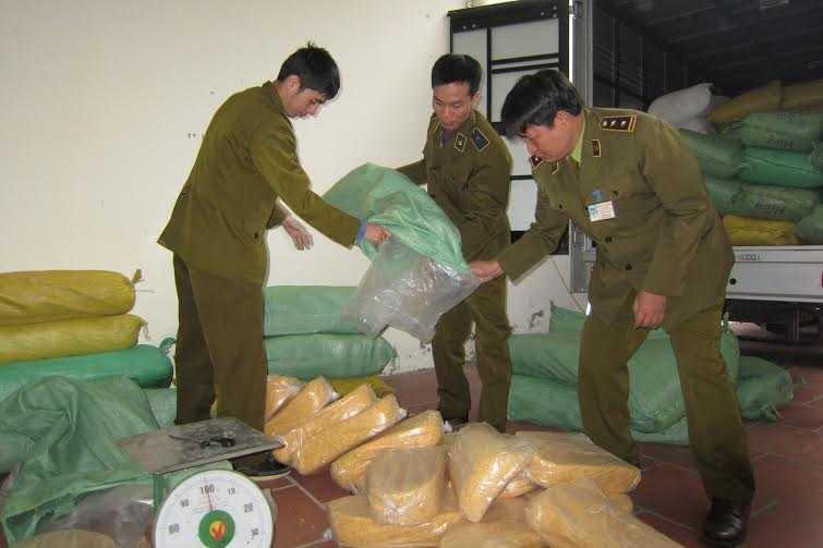 Thu giữ hơn 4 tấn ruốc gà trộn bột mỳ. Ảnh: Hà Nội Mới