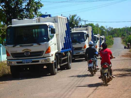 Bốn xe chở rác bị người dân chặn lại Ảnh: LÊ LONG