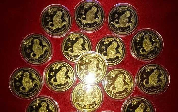 Năm nay, các bộ tiền xu phong thủy được bán khá nhiều. Trong đó, tiền xu hình khỉ của Úc có giá từ 400.000 đồng/cặp. Riêng đồng mạ bạc rao bán với giá mềm hơn, khoảng 300.000 đồng. Theo các chủ cửa hàng thì đồng xu này đắt vì có in hình linh vật của năm 2016.