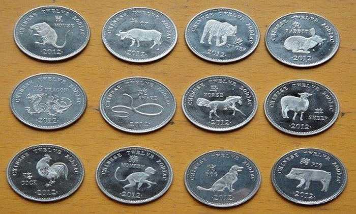 Bộ tiền xu 12 con giáp theo lịch của người phương Đông được các cửa hàng rao bán từ 200.000 đồng/bộ.