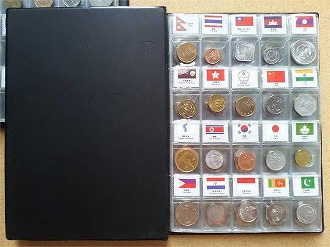 Mềm giá hơn, quyển album tiền xu gồm 6 trang, mỗi trang là 20 xu tương ứng 20 cờ các nước được rao bán 1,2 - 1,5 triệu đồng.