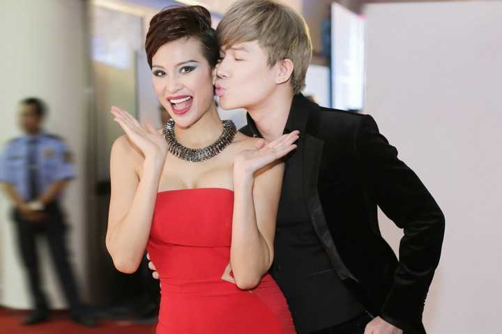 Bận rộn với lịch làm việc cuối năm dày đặc, Nathan Lee vẫn tranh thủ tới ủng hộ Phương Mai khi cô làm MC đêm chung kết Siêu mẫu Việt Nam 2015.