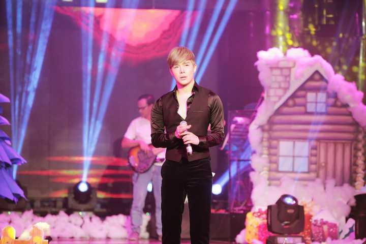 Nam ca sĩ hát tới hơn 12h khuya nhưng khán giả vẫn ở lại để thưởng thức giọng hát ngọt ngào của anh.