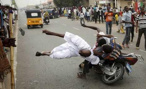 Vụ tai nạn xảy ra trên đường phố Nigeria khi người dân ăn mừng chiến thắng của ông Muhammadu Buhari sau cuộc bầu cử Tổng thống, người đàn ông trong ảnh đã phải đi cấp cứu vì va chạm với xe máy chạy tốc độ cao