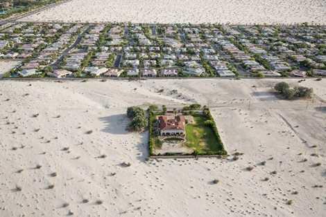 Bức ảnh cho thấy nạn hạn hán kinh hoàng tấn công miền Tây nước Mỹ, cụ thể là vùng thung lũng Coachella