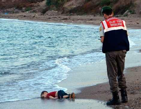 Hình ảnh từng gây chấn động cả thế giới về thi thể bé trai tin nạn Syria qua đời trôi dạt vào bờ biển Thổ Nhĩ Kỳ