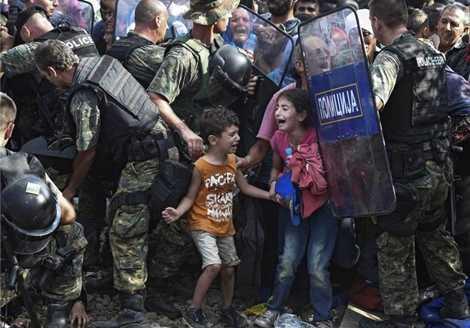 Khuôn mặt những đứa trẻ tị nạn đang sợ hãi và khóc thét khi bị cảnh sát Macedonia ngăn chặn